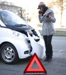 Frau mit Autounfall